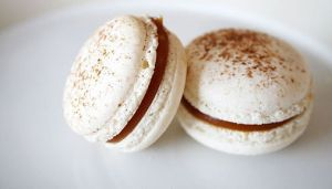 Salted_caramel_macaron_on_plate,_profile,_February_2011